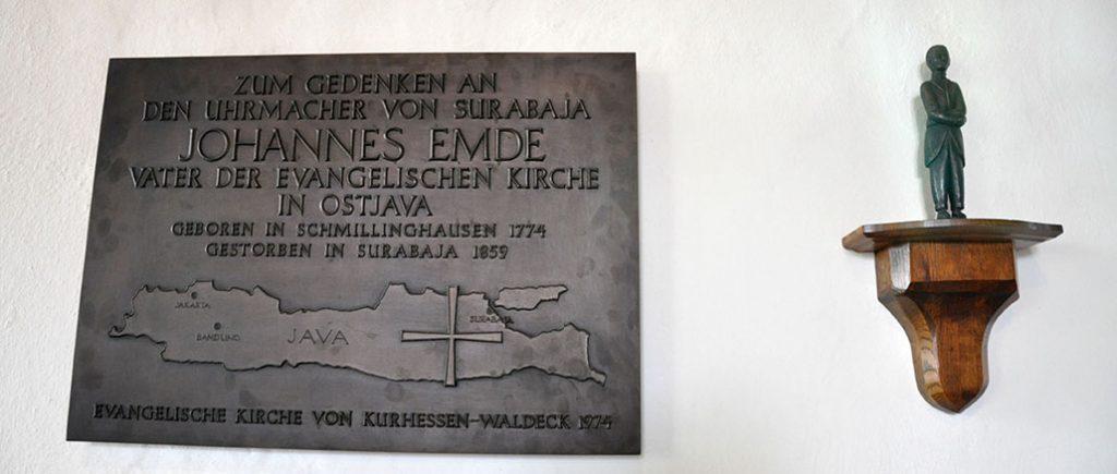 Foto 3 - Plakat mengenang Johannes Emde didalam gedung gereja.